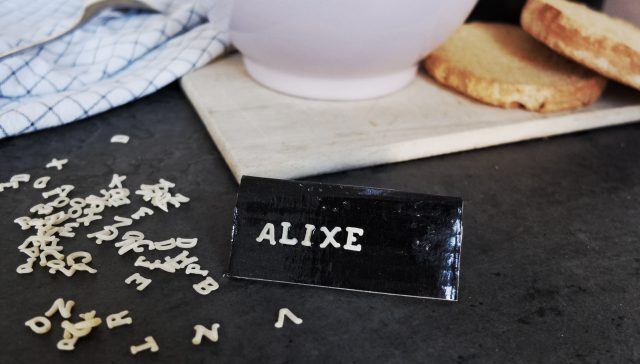 Knutselen met pasta: naambordjes met soepletters