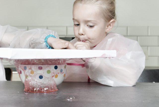 schilderen met zeepbellen en verf