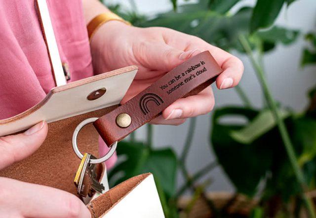 gepersonaliseerde sleutelhanger in hout of leer