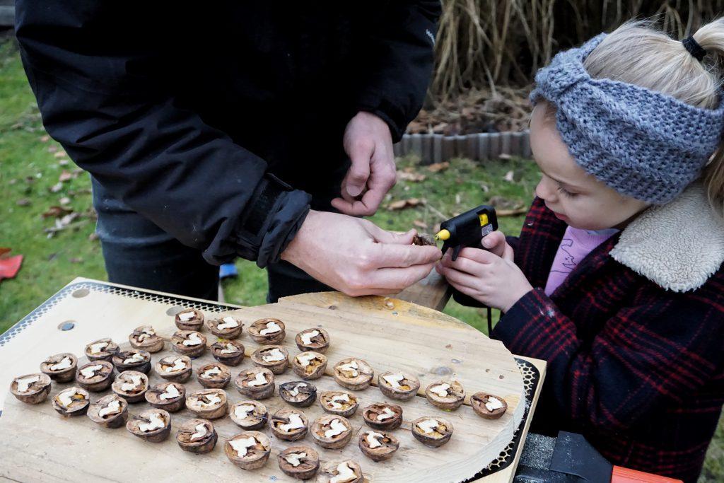 DIY upcycling voederhuisje met noten